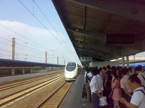 动车组开过秦皇岛火车站站台(6月9日中午)